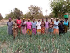 Gruppe von Bauern und Bäuerinnen halten Brief ans SEKO